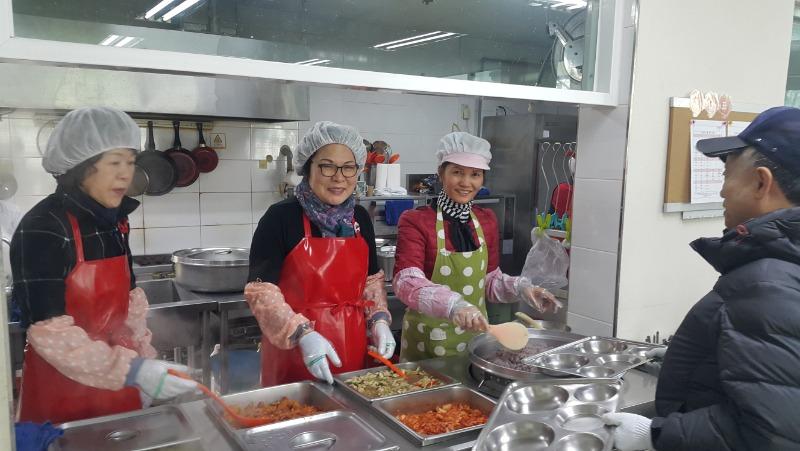 2월 8일 경산시 백천사회복지관에서 어르신들께 정성껏 급식봉사를 해드렸다.jpg