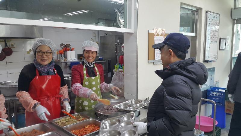 2018.2월 8일 경산시 백천사회복지관에서 어르신들께 정성껏 급식봉사를 해드렸다.jpg