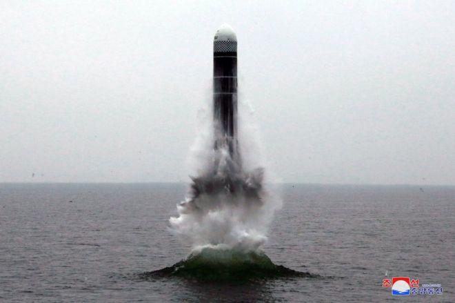 조선중앙통신이 잠수함발사탄도미사일 북극성-3형이라고 공개한 사진이다